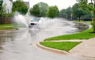 Istockphoto_7225237-suv-hits-large-puddle